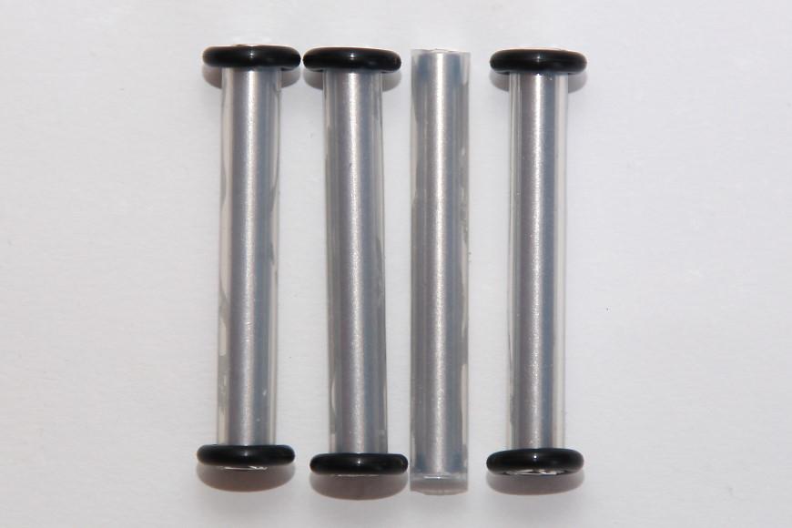 Henseleit TDF - Chassisunterbau: Abstandsbolzen mit montierten Silikonschläuchen und O-Ringen