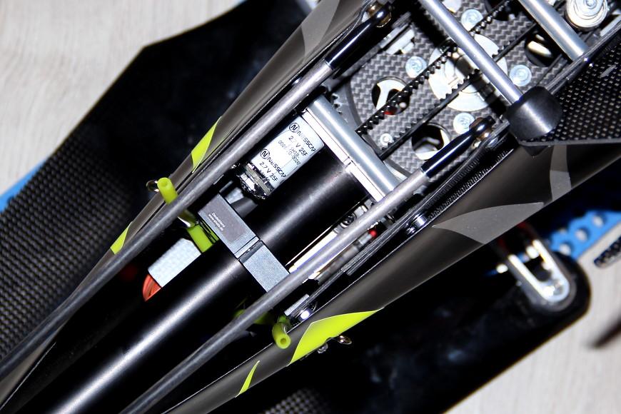 Henseleit TDF - Heckausleger: R2-Buffer Pufferkondensator und Kennzeichnungsschild auf dem hinteren Heckrohrspannflansch